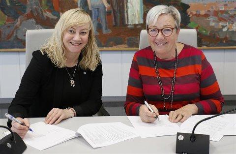 Her skriver fylkesrådene Kirsti Saxi og Anne Toril Eriksen Balto under på avtalen som skal styrke folkehelsearbeidet i de to nordligste fylkene.