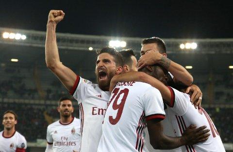 AC Milan og Hakan Calhanoglu (t.v.) er favoritter mot AEK Athen.