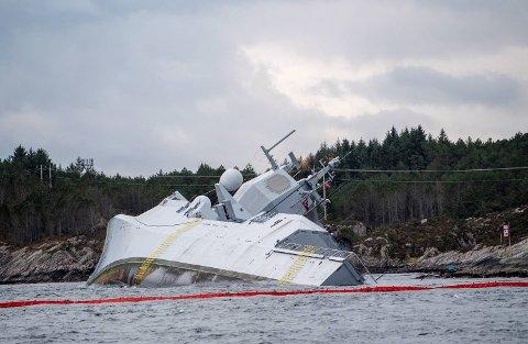 Havaristen KNM Helge Ingstad ligger fortsatt ved Sture etter torsdagens kollisjon. Nå arbeides det med å sikre fartøyet, slik at verdiene kan bli forsøkt berget.