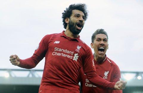 Mohamed Salah sprudler igjen hos Liverpool. Her jubler han sammen med  Roberto Firmino etter 2-1-seieren mot Tottenham på Anfield.  Vi tror de kan ta en ny London-skalp i dag.  (AP Photo/Rui Vieira)
