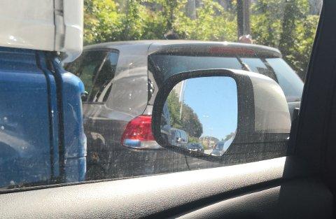 Slik sto bilen foran lastebilen etter sammenstøtet.