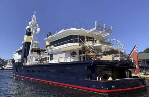 Den private yachten kom til Bergen lørdag kveld, og ligger til kai på Bradbenken.
