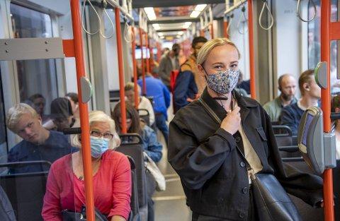 Byrådet anbefaler bergenserne å bruke munnbind, buff eller annet tøy foran munnen når de reiser kollektivt, særlig når det er mye trafikk. Benedikte Flem Pettersen (foran) bruker formsydd munnbind.