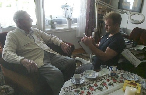 PÅ BESØK: Vebjørn Sand var på besøk hjemme hos Johan Solberg i Vikersund for et par uker siden. Da tegnet han skisser som seinere skal bli til et portrett.FOTO: Privat
