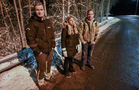 FRYKTER SMITTE: Amund Skålien (17) (f.v.), Karoline Nikkerud (17) og Kolbjørn Skålien (16) er bekymret for covid-19 smitte når de på skolebussen må sitte eller stå tett innpå andre..