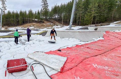 TINING: For å få fjernet isen ble det lagt ut et tineanlegg, som gjorde det mulig for velforeningens medlemmer å bryte opp tonnevis med is som lå i skateparken.