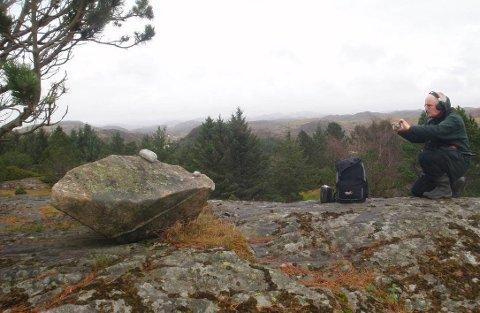 SYNG UT: Vet du om syngesteiner, eller klokkesteiner i Dalane? I så fall vil musikkarkeolog Gjermund Kalltveit gjerne vite om det. Til våren og sommeren skal han samle inn og dokumentere blant annet steinenes lyd, størrelse og beliggenhet. Bildet er fra en syngestein på Skåra i Eigersund.
