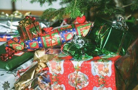 JULEPAPIR: Flotte farger, men uegnet som returpapir. Julepapir er restavfall.