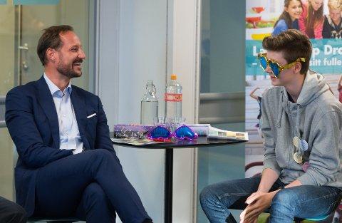 Under Kronprins Haakon besøk hadde de en aktivitet hvor de skulle gi hverandre komplimenter. Herman Wendelborg Sletten (15) komplimenterte kronprinsen.