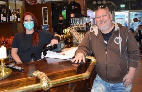 Har gjester igjen: Barsjef Sandra Pedersen og Morten Olsen, eier av Olsen på hjørnet, er glade for at de igjen kan servere gjester.