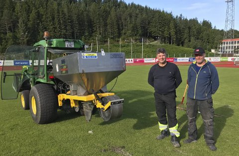 I GANG: F.v. Øystein Nøkland frå Global Turf System og Even Hamn, banemeister på Florø stadion.