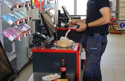 BUTIKKEN, IKKJE KUNDEN: Det er ikkje kunden som er tjuv viss sjølvbetjeningssystema i butikkane ikkje fungerer optimalt, meiner Frp. Her frå sjølvbetjeningskassane på Spar Krokane (ill.foto)