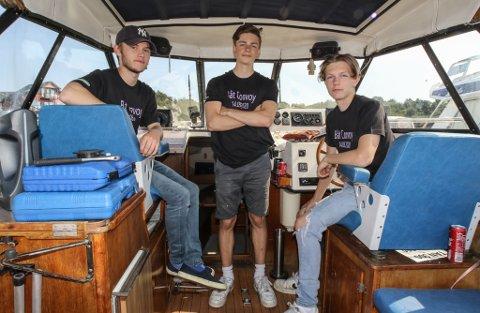 BÅTINTERRESSERTE: Dei tre kompisane f.v. Knut Leirvik (16), Ruben Amundsen (15) og Kristoffer Brandsøy (15) bruker all fritida si til å snakke om eller køyre båt. No inviterer dei deg med på båttur.