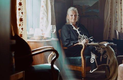 FRONTAR HISTORA: Gunvor Catherin Røkholt har dei siste åra designa interiøret hos nokre av dei mest eksklusive overnattingsstadene i landet. Å ta vare på kulturarven er viktig i arbeidet hennar. Foto frå boka: Jarle Hvidsten
