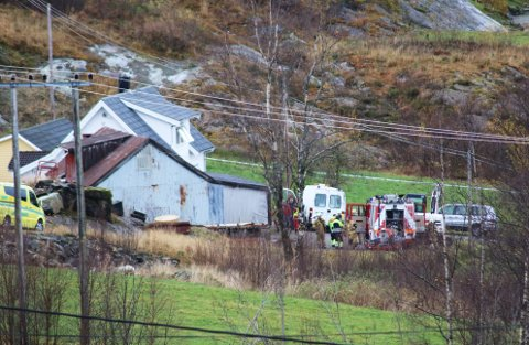 FULL UTRYKKING: Brannvesen, politi og ambulanse rykte måndag ettermiddag ut til pipebrann i Vågane i Flokenes i Askvoll kommune.