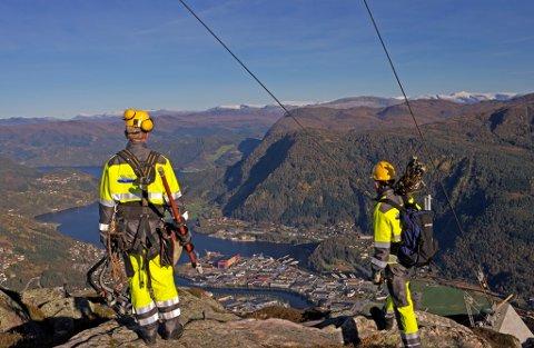 MUSKLAR: Sunnfjord Energi har musklar, økonomi og utviklingskraft til å kunne halde fram som eige selskap, men ein fusjon mellom nettselskapa bør også utgreiast grundigare, skriv ordførarkandidat i Sunnfjor Sp, Jenny Følling.