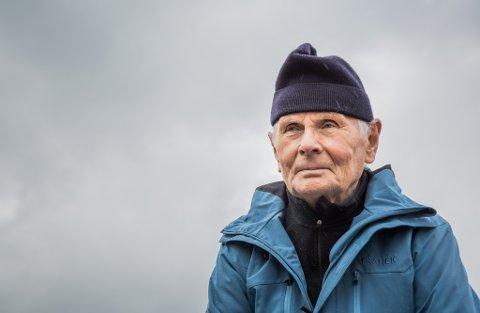 DAGEN DÅ FREDEN KOM: Asbjørn Sollid (85) var berre ti år gamal då han såg fly som skaut kvarandre ned over Førdefjorden. Same året fekk han oppleve eit fritt Norge.