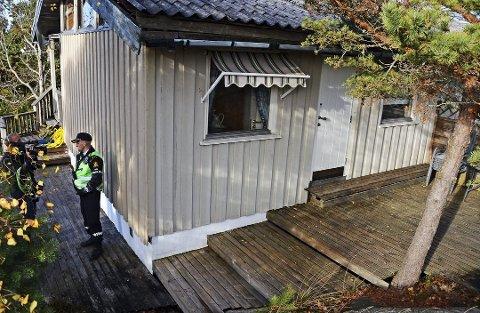 Den 75 år gamle hytteeieren ble alvorlig skadet da han ved et uhell ble skutt mens han satt på toalettet.