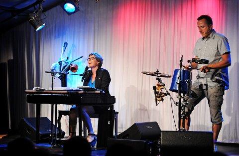 Ingrid Bjørnov og trommeslager Ole Petter Hansen Chylie spillte på Hvaler Gjestgiveri.
