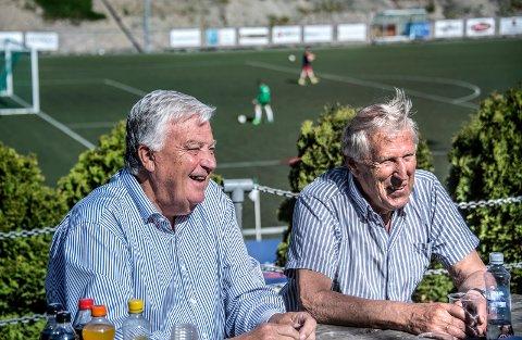 GLEDER SEG: Svein Johannessen (til venstre) og Kjell Andreassen oppfordrer byen fotballpublikum til å støtte opp om Kråkerøy når de onsdag møter Vålerenga på Fredrikstad Stadion. Foto: Geir A. Carlsson