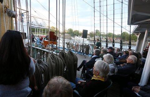 Ett av mange høydepunkter under byjubileet: Konsert på seilskuten Mir under kulturnatt, Aksel Kolstad, flygel og Lotte Hellstrøm, fiolin.