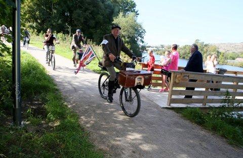 TWEED RUN: Mange nysgjerrige Fredrikstad-innbyggere lot seg begeistre av de velkledde deltakerne i byens første Tweed Run.