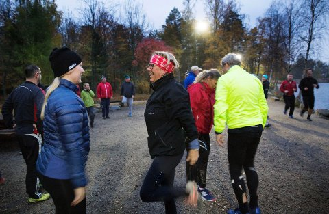 Oppvarming: Ingrid Christine Karlsen og Yvonne Valle er to av deltagerne i Stjernen Aktiv. Bak er Vibeke og Ole Melingen. (Alle foto: Stjernen Hockey Elite)