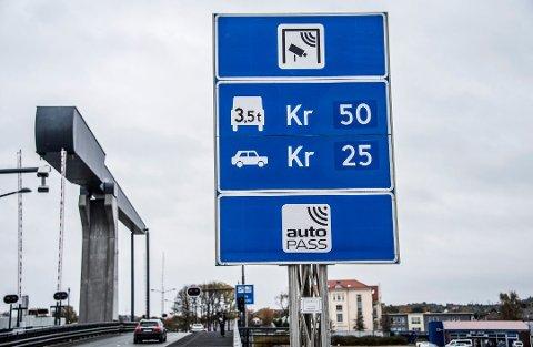 Øker satsen i 2019: Neste år kommer det opp nye bomstasjoner seks steder i Fredrikstad, med betaling på 30 og 60 kroner. Kråkerøy-bommene får samme satser, men her skal bomstasjonene ned når brua er betalt i 2026. (Arkivfoto: FB)