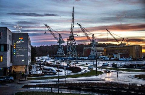 Beholdes som landemerker: FMV vest skal bli byens største utbyggingsområde de neste tolv årene. Kranene skal beholdes og være godt synlige. (Arkivfoto: FB)
