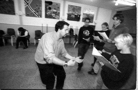 """1999:  Vindeleka barne- og ungdomsteater øver her foran premieren på den nyskrevne musikalen """"Ælvefolket"""": Instruktør Joakim Johansen sammen med  skuespillerne Jonas Fjeldstad, Thomas Østgaard, Cecilie Josefsen og Oppa Roos."""