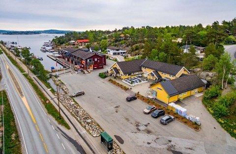 Både Coop-bygget og bygget som huser  Havkatten og Øykroa i Ødegårdkilen på Vesterøy er nå til salgs.