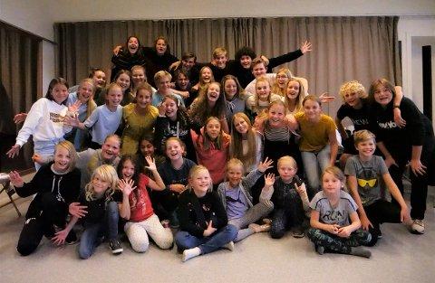 På fredag kan du se 33 unge og glade skuespillere på scenen. De skal underholde med både sang og dans – og forhåpentligvis imponere både dommere og publikum.