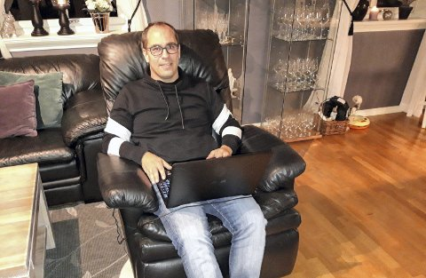 Andreas Cielicki har hjemmekontor overalt i boligen på Alshus, også i TV-stolen. Foto: Geir Løvli