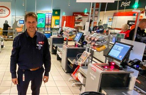 Kjøpmann Rino Alslie har ni ansatte ute av drift. Det er nå gått mer enn en uke siden den smittede sist var på jobb.