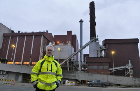 Frevar-direktør Fredrik Hellström peker på biokull som et aktuelt produkt for bedriften. En ny fabrikk vil løse et plassproblem og skape nye miljøvennlige arbeidsplasser på Øra.