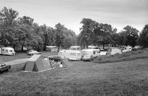 Mer ferienostalgi: På plenen til Fredrikstad Motell og Camping på Østsiden var det i 1984 fortsatt noen få teltturister blant alle campingvognene.
