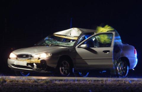 Det ble store materielle skader på personbilen etter sammenstøtet med elgen.