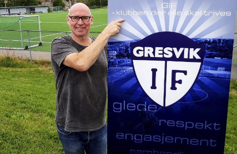 På Gresvik IFs flotte anlegg i Trondalen viser Frode Holstad Hansen frem klubbens breddemotto i 2021. FOTO: GEIR LØVLI