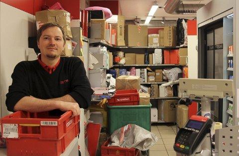 Fortvilet: Dag Marius Knudsen i Extra i Ballangen setter i gang tiltak etter det han tror er en økning i tyveri på butikken.