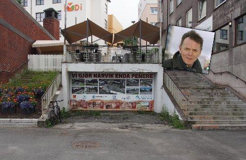 Skulle vært renovert: I Søndre Torvhalltrapp henger det en plakat med teksten «Vi gjør Narvik enda penere». To år etter at Sparebanken Narvik og Elling Berntsen (innfelt) donerte to millioner kroner til renovering av trappa etterlyser de handling, og vil i tillegg ha plakaten fjernet.
