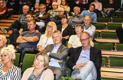 LYTTET: Ordfører Are Karlsen og administrasjonssjef Ragnar Sundklakk lyttet til folket i Re. Ordfører Petter Berg i Tønsberg var ikke i Våle denne historiske kvelden.