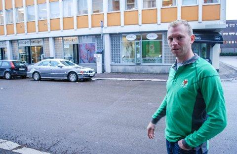 PARKERING: Daglig leder for G-Sport Solberg Sport, Thomas Solberg er avhengig at parkeringsplassene i nærheten er tilgjengelig for handlende.