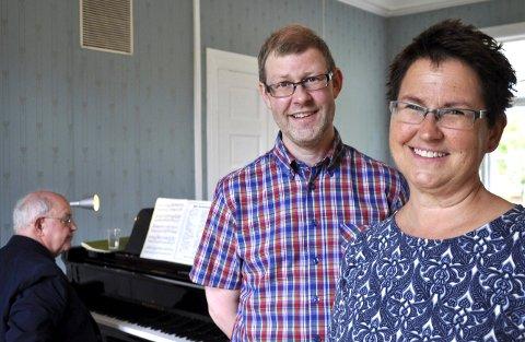 MEDBRAGT: Kunstnerisk ansvarlig Kari Ravnan har med mannen Vidar Brenden som støtte og kammertjener. Ved flygelet sitter Julian Jacobson.