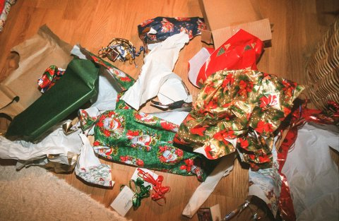 RESTAVFALL: Når pakkene er pakket opp skal julepapiret med bånd og pynt i restavfall – det er for dårlig kvalitet til å gå i papirretur.