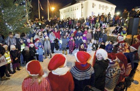 Folksomt: Flere hundre juleglade store og små hadde møtt opp i Bank     parken for å delta i Nisseshow med nissefar og musikknissen. Det svært etterlengtede snøen gjorde at det ble en god, gammeldags julestemning rund hele arrangementet.bilder: ole-johnny myhrvold
