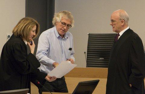 VOLDSTILTALE: En 60-årig kvinne er tiltalt for forsøk på grov kroppsskade mot sin daværende ektemann etter at hun angrep ham med kniv i hjemmet for et drøyt år siden. Sentralt i behandlingen er den rettspsykiatriske rapporten, som psykiater og overlege Helge Haugerud (midten) redegjorde for i Glåmdal tingrett mandag. Aktor er politiadvokat Wigdis Hjalmarsen (til venstre), mens advokat Jan Erik Myrvold forsvarer kvinnen. FOTO: PER HÅKON PETTERSEN
