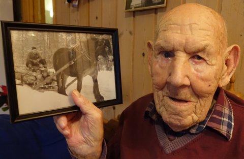 TØMMERKJØRER: Tømmerkjøring med hest var harde, men likevel gode tider, sier Karl Mobråten.