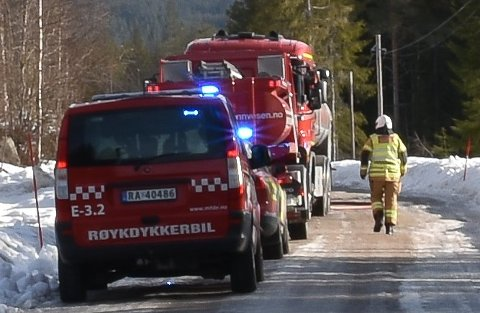 BRANN: Søndag morgen begynte det å brenne i et bolighus i Nordskogbygda i Elverum. Huset var overtent da brannmannskapene ankom. Vedkommende som bor på stedet er meldt savnet etter brannen.