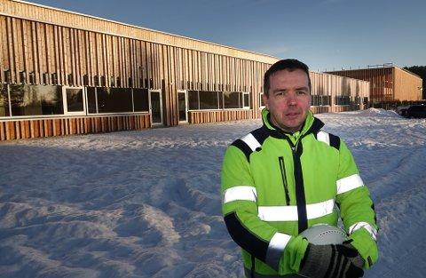 SNART KLARE: Barneskolen, til venstre, og aktivitetshuset, til høyre, er snart klare til bruk. Kommunens prosjektleder, Torstein Berg, er fornøyd med framdrift og resultat.