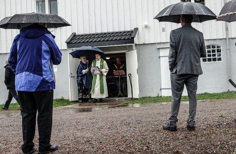 BUDBRINGEREN: Sokneprest David Andre Tys her under 17. maiarrangementet ved Vermundsjøen. Før det var han budbringer av beskjeden om at ordføreren ikke var velkommen.